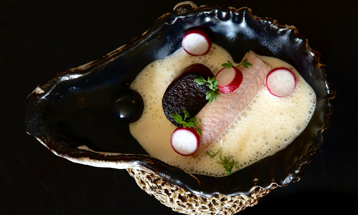 Gebakken bloedworst met paling en oesterschuim