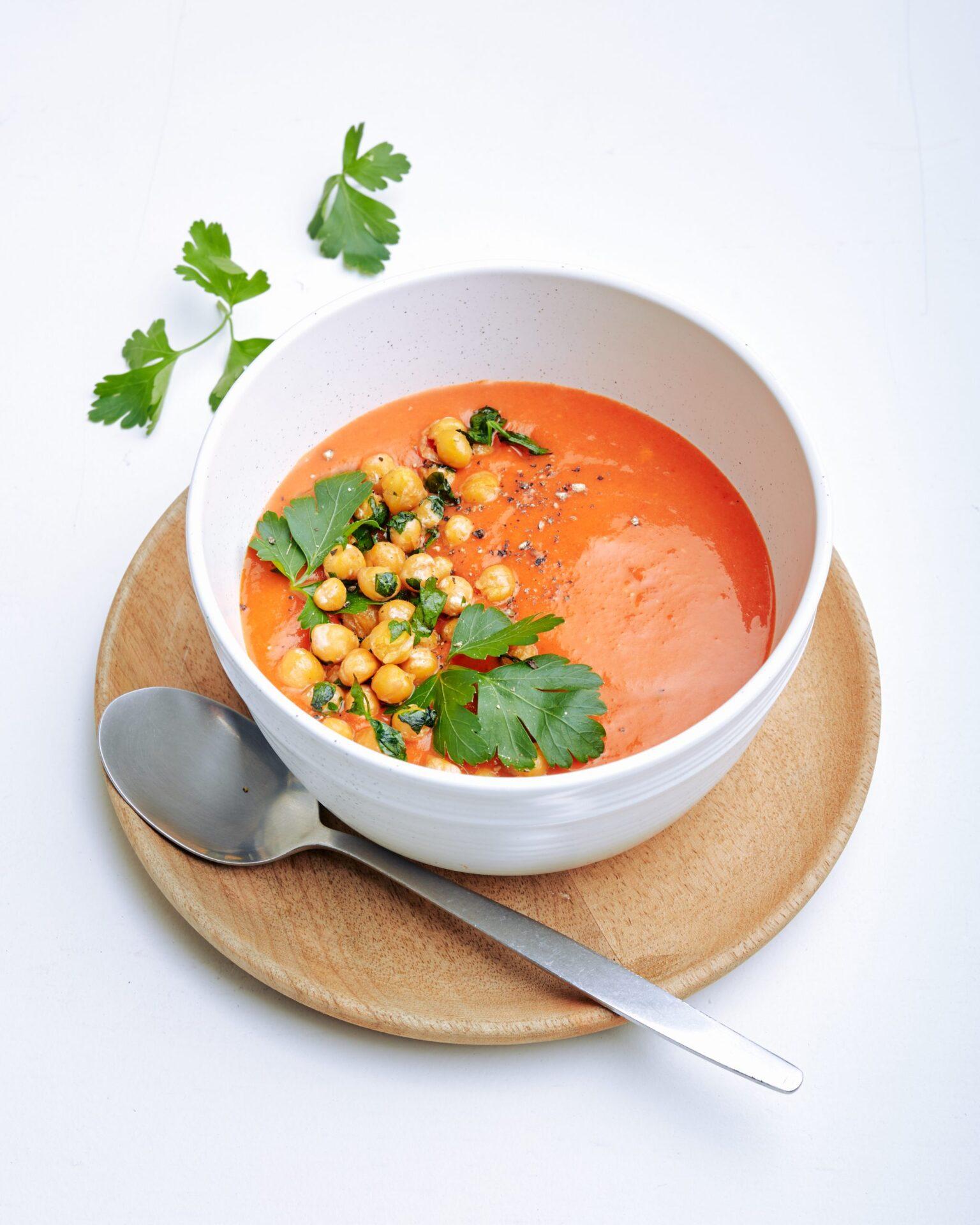 Eet Beter Kosmos Puntparikasoep scaled Recept van huisarts Tamara: Puntpaprika- & trostomatensoep met kikkererwten