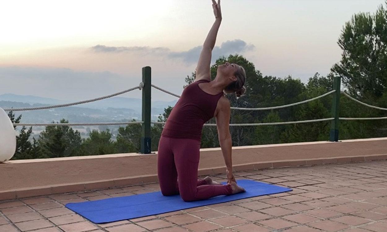 avond yoga om de spanning van de dag achter je te laten
