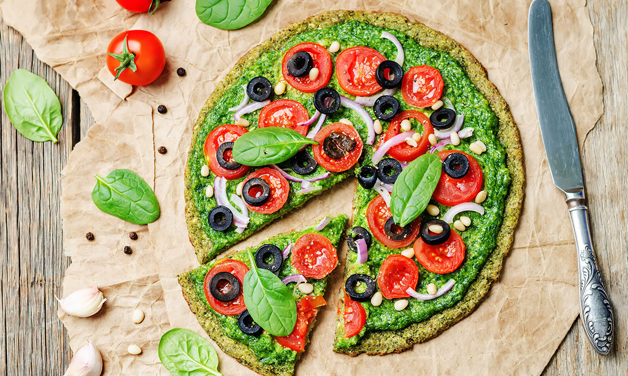 Broccolipizza met pesto, tomaten en olijven