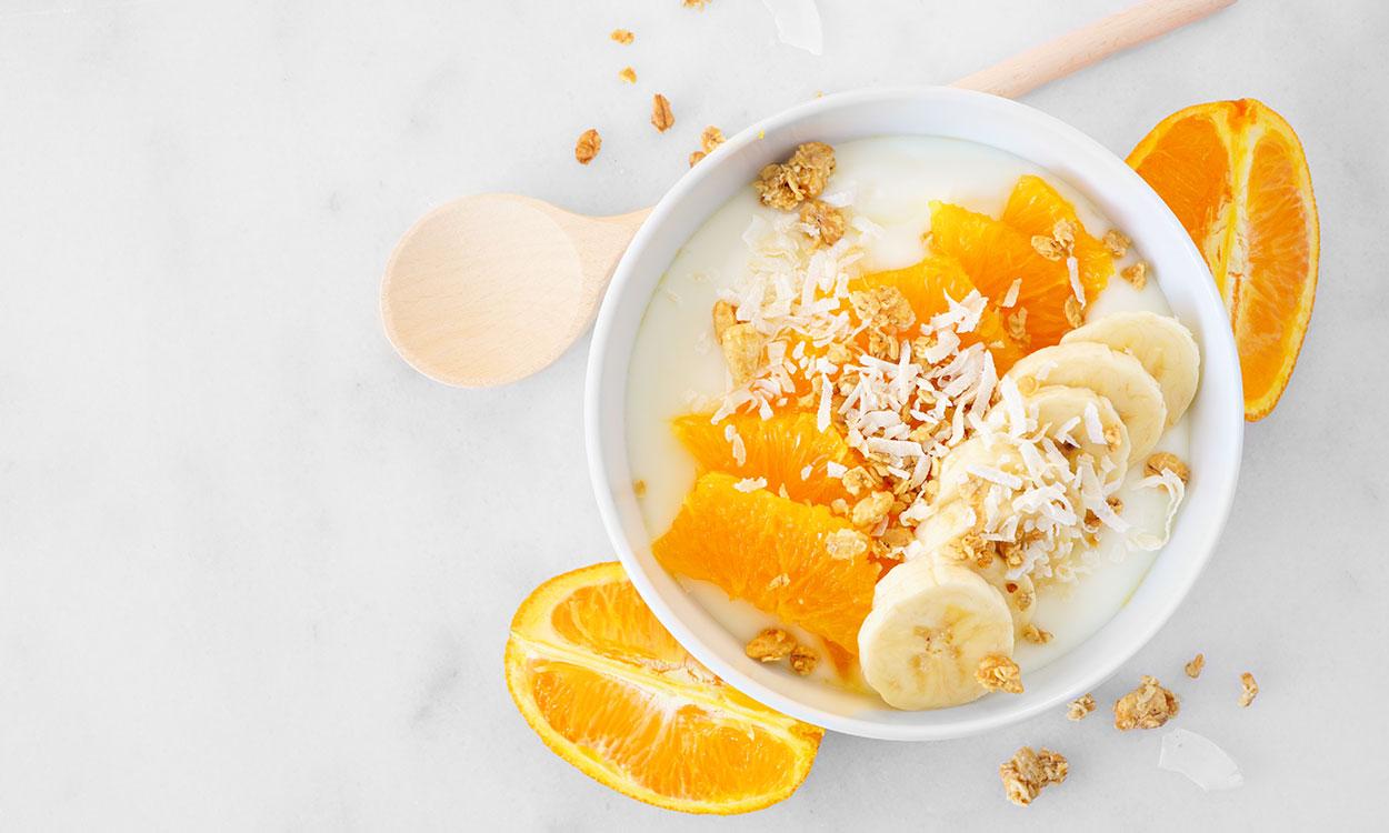Yoghurt met muesli sinaasappel en banaan