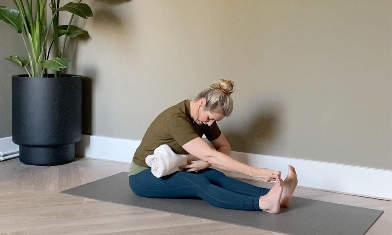 yoga die helpt om PMS en menstruatiepijn te verlichten